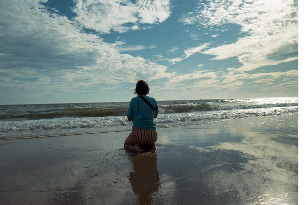 Foto contemplación al mar. David Marroquí Newell: Instagram.com/marroquinewell/ Naturaleza Salvaje II: de la naturaleza contemplativa a la reforma rural (Ana González Serrano) Aullido Literatura y poesía