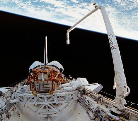 1024px-Canadarm_1_-_STS-72.jpg