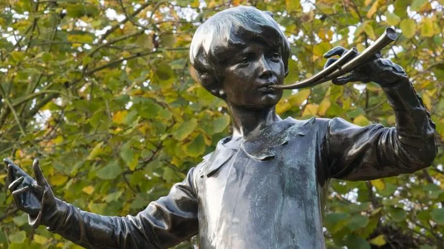 La storia di Peter Pan e della statua che comparve in una notte