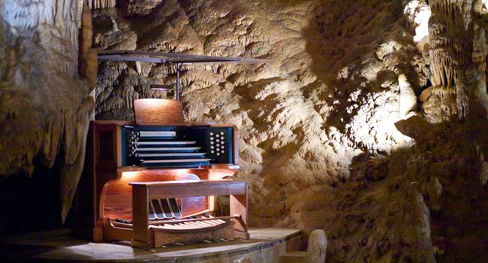 1920px-Stalacpipe_Organ_booth_at_Luray_Caverns_(2012-03-24_19.25.14_by_Jon_Callas)