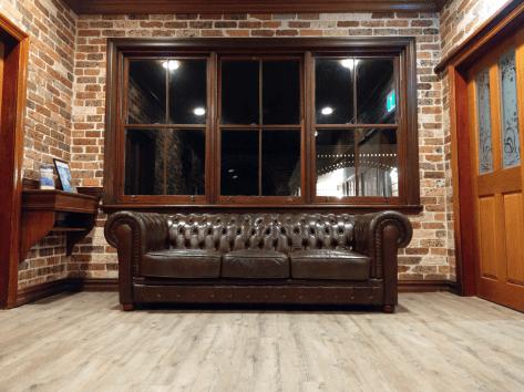 htc-u11-gen-couch
