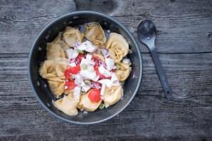 Ravioli mit Zwiebeln, Tomaten und Mozzarella