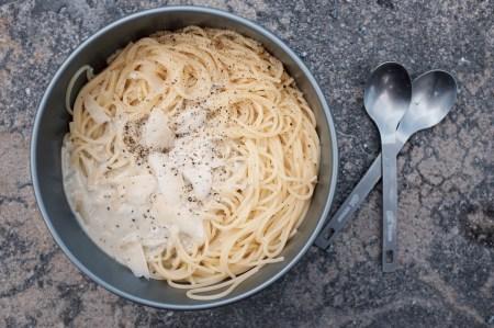 Spaghetti mit Kaese-Sauce