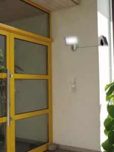 Brennenstuhl Solar LED-Strahler SOL 80 ALU IP44 mit Infrarot-Bewegungsmelder - Dank getrenntem Solar Panel kann man auch dunkle Ecken beleuchten
