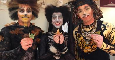 The cast of Cats NZ showing support for Lauren backstage