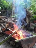 Der Reis gart im Bambusrohr