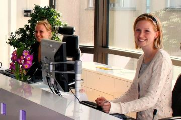https://en.wikipedia.org/wiki/File:Receptionists.jpg#/media/File:Receptionists.jpg