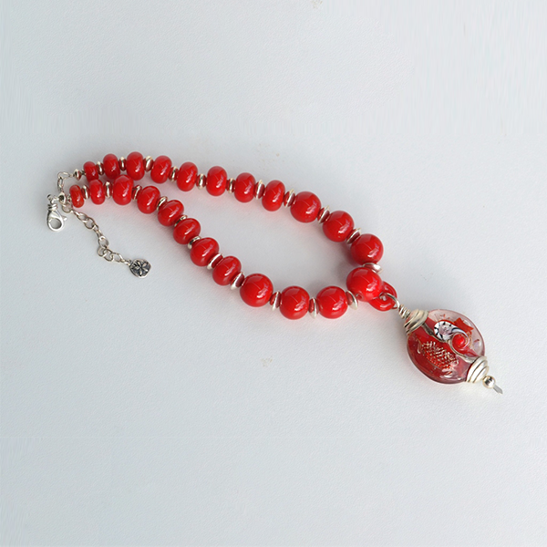 Red Sea series pendant and necklace by Su Bishop. L 41cm including extension. Pendant 3.5cm D. L 7,5cm. Sterling silver clasp and chain