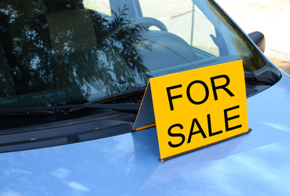 """""""FOR SALE"""" sign on car - Sell a car concept"""