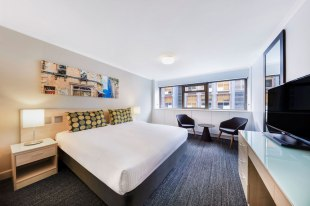 TFE-travelodge-hotel-wynyard-bedroom-guest-king-01-2017