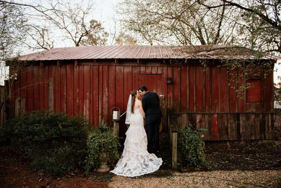 Newlywed couple at Flint Hill barn