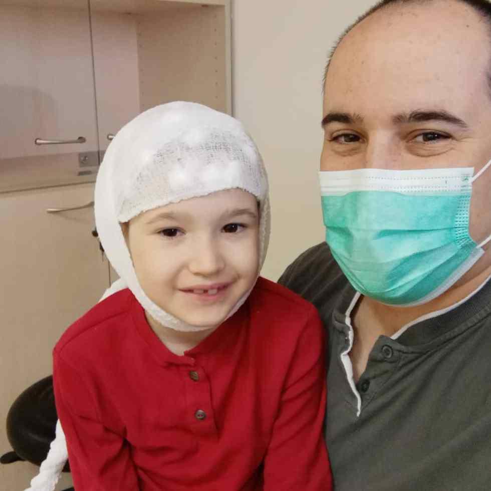 דולב עושה בדיקת EEG, ביחד עם חגי