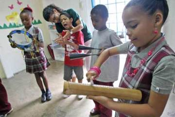 Inician la clase tocando pandeiros, berimbau, reco reco y agogo, instrumentos utilizados en la capoeira. (Primera Hora / David Villafañe)