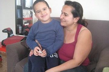 Guacimara Navarro, con su hijo Ankor, en su casa. / a.r.