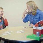 Enseñar a niños con autismo a responder e iniciar peticiones de atención conjunta