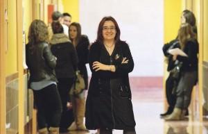 La profesora Victoria Martín en el pasillo de la Escuela de Magisterio del Campus Viriato.