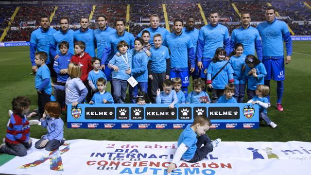 La plantilla del club con un grupo de niños con autismo momentos previos al partido oficial. Foto: Jorge Ramírez