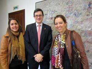 El consejero Iribas, flanqueado por Paula Rodríguez (izda) y Amaya Áriz (dcha). Foto: Diario de Navarra