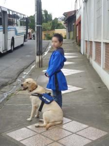 Aarón y Xena, en la fase de adaptación esperando el autobús. Foto: Miguel Ángel Signes Llopis