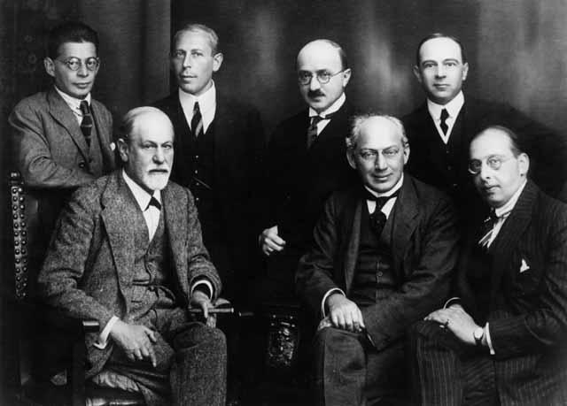 Freud y otros psicoanalistas en 1922. De izquierda a derecha sentados: Sigmund Freud, Sándor Ferenczi y Hanns Sachs. De pie: Otto Rank, Karl Abraham, Max Eitingon y Ernest Jones.