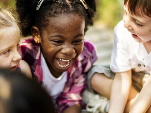 crianças com asperger brincam juntas