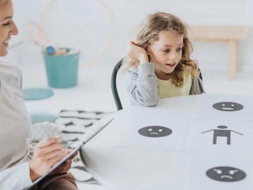 criança autista em terapia comportamental