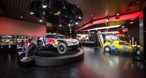 V showroomu Peugeot Avenue na Champs-Élysées jsou k vidění Peugeot 3008DKR Maxi a 205 T16