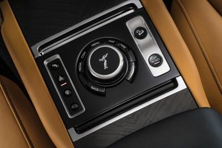 2018-Rolls-Royce-Cullinan- (16)