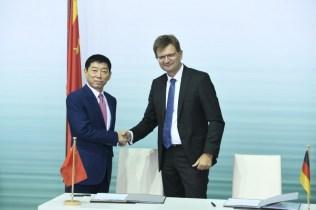 Wei Jianjun, zakladatel a předseda společnosti Great Wall Motor, a Klaus Fröhlich, člen představenstva BMW AG odpovědný za vývoj a výzkum