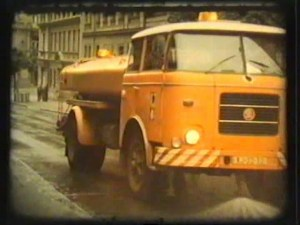 Při parkování si dejte pozor! Praha začíná s podzimní částí čištění ulic a také ukazuje, jak probíhalo před 30 lety