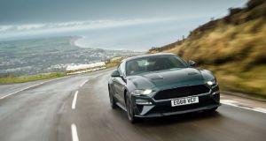 Ford Mustang Bullitt se prohání po silnicích na ostrově Man bez rychlostních limitů
