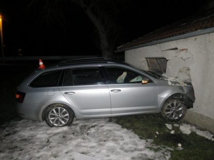 2019-01-nehoda-skoda-octavia-do-garaze- (1)
