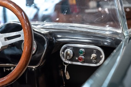 slapaci-auticko-Aston-Martin-Drophead-Coupe-a-Ferrari-250-GT-California-Spyder-na-prodej- (20)