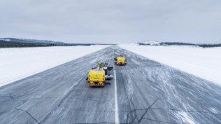 Valtra-T254-Versu-a-Nokian-Tyres-RunwaySnowbot- (3)