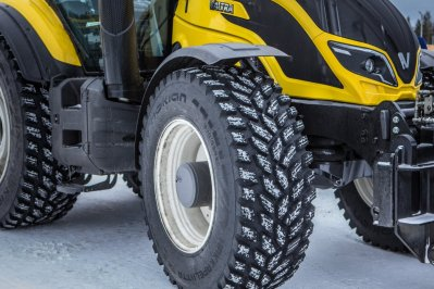 Valtra-T254-Versu-a-Nokian-Tyres-RunwaySnowbot- (9)
