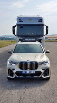 prvni-jizda-scania-s-650-v8-a-BMW-X7-1