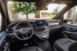 "Der neue Mercedes-Benz EQV - Interieur, intuitive Mercedes-Benz User Experience (MBUX) mit 10-Zoll-Touchscreen, Instrumententafel in ""Midnight Blue"", Luftdüsen in ""Silver Shadow"", Ziernähte in Roségold;Stromverbrauch kombiniert: 27,0 kWh/100 km; CO2-Emissionen kombiniert: 0 g/km*, Angaben vorläufig The new Mercedes-Benz EQV – Interior, intuitive Mercedes-Benz User Experience (MBUX) with 10-inch touch screen, dashboard in midnight blue, air vents in ""Silver Shadow"", stitching in rose gold;Combined power consumption: 27.0 kWh/100 km; combined CO2 emissions: 0 g/km*, provisional figures"