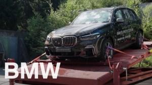 BMW si utahuje z Tesly a ukazuje, že jeho neprůstřelná X5 opravdu funguje