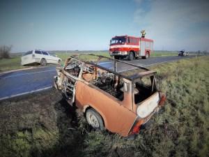 Po nehodě takřka úplně shořel Trabant. Jeho řidiče dostali ven náhodní svědci
