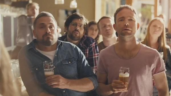 Belgický výrobce piva se připojil k reklamám na nová auta. Varuje tak před pitím za volantem