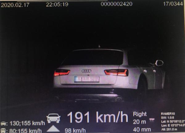 Česká i slovenská policie řeší řidiče, kteří si dálnici pletou se závodní tratí