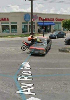 google-maps-street-view-nehoda-pick-up-motorka-1