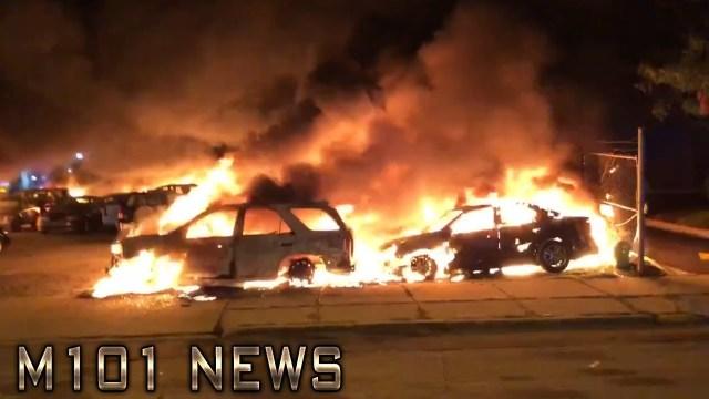 Vzbouřenci v Americe zapálili 100 aut a jedno dealerství. Protestují proti policejní střelbě