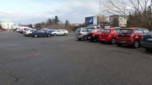 Škody za desítky tisíc vznikají i při parkování. Náhrada od pojišťovny nemusí pokrýt celou cenu opravy vozidla