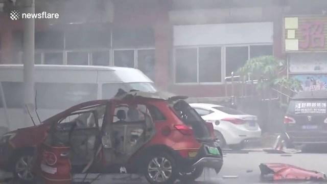 Čínský elektromobil připojený k nabíječce explodoval a zbyl z něj jen šrot