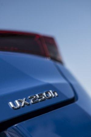 2020-lexus-ux-250h- (3)