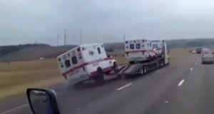 ambulance_spadla_z_odtahoky-video