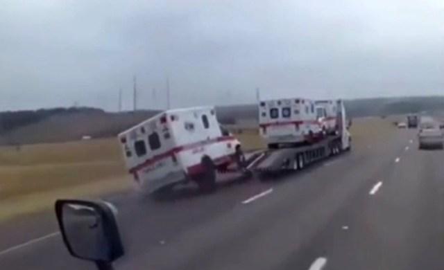 ambulance_spadla_z_odtahoky-video