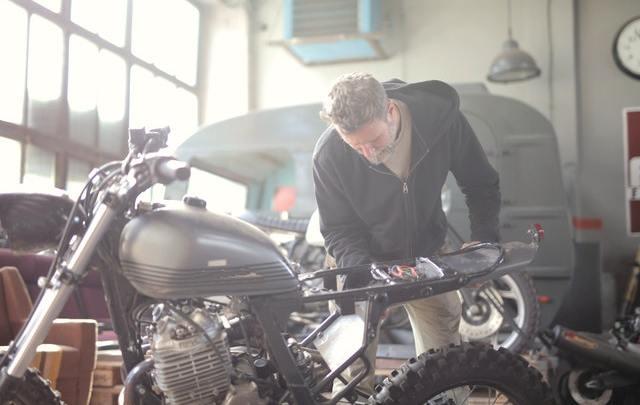 Hoe doe je stap voor stap zelf de remblokken van je motor vervangen?