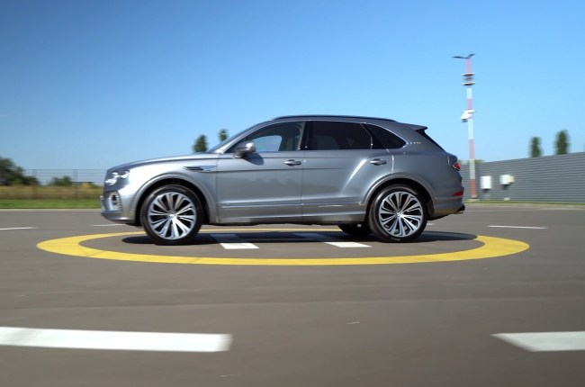 Bentley Bentayga вид сбоку